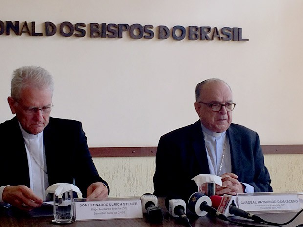 O bispo auxiliar de Brasília, Dom Leonardo Ulruich Steiner, e o presidente da CNBB e arcebispo de Aparecida, Dom Raymundo Damasceno (Foto: Luciana Amaral/G1)