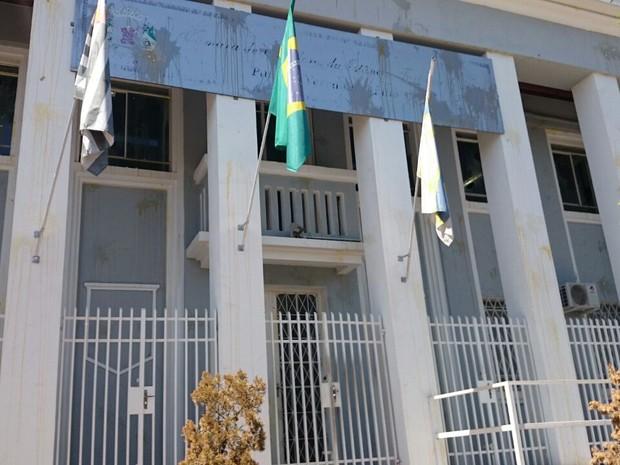 Câmara dos Vereadores de Itu traz as marcas do protesto de ontem: ovos e tomates foram arremessados (Foto: Natália de Oliveira / G1)