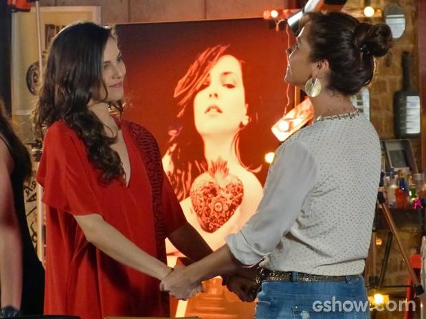 Clara se mostra ao lado de Marina diante de problema (Foto: Em Família/ TV Globo)