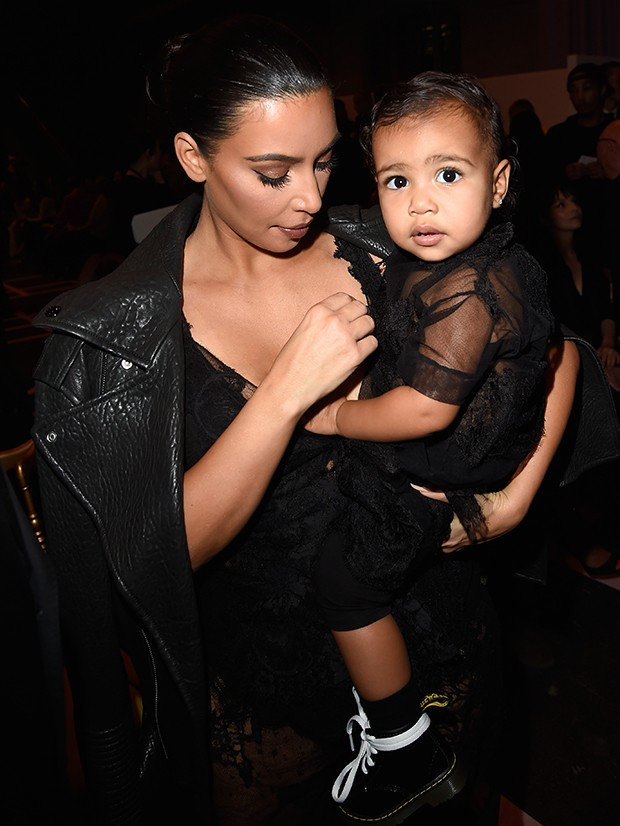 Kim Kardashian e North West no desfile da Givenchy em Paris (Foto: Getty Images)