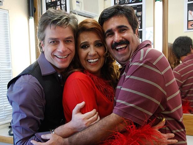 A atriz se diverte com os colegas de elenco (Foto: Raphael Dias / TV Globo)