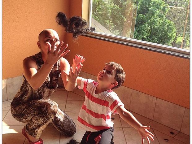 Aline Wega, ex-miss Campinas, raspou o cabelo junto com o filho (Foto: Arquivo Pessoal/ Aline Wega)