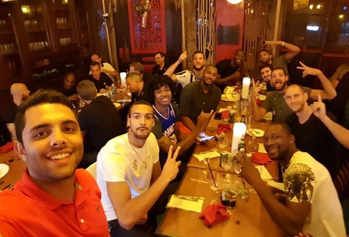 voluntário basquete frança vitor Galvani rio 2016 jogadores (Foto: Arquivo Pessoal)