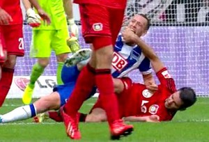 FRAME Schieber mordida jogo Bayer Leverkusen (Foto: Reprodução / AS.com)