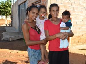 Giseli e dois de seus filhos ao lado da mãe, no bairro São Marcos (Foto: Magda Oliveira/G1)