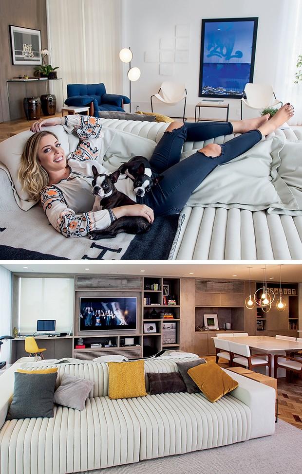 """A ampla sala tem um sofá que agrada à família e as visitas. """"A gente queria um sofá duplo:   de um lado, podemos deitar para ver TV e do outro ter um lounge na área de convivência. Acho isso genial"""" (Foto:  )"""