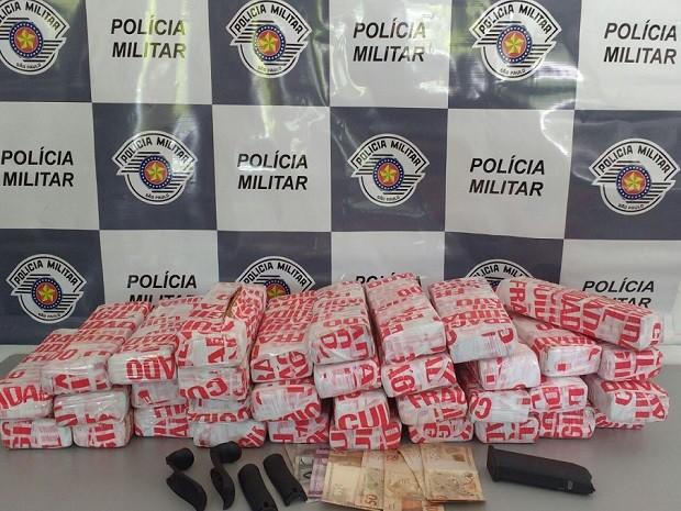 Drogas estavam com casal em rodovia de Itu (Foto: Polícia Rodoviária)