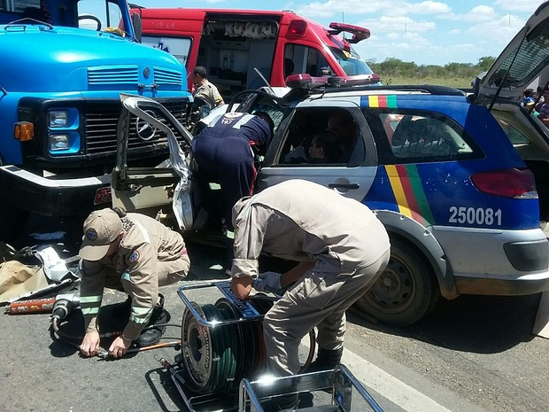 Um dos policiais ficou preso ás ferragens (Foto: Divulgação/Polícia Rodoviária Federal)
