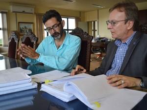 coordenador da Comissão de investigação, Rogério Rosa, e o reitor Mauro Del Pino UFPel (Foto: Divulgação/UFPel)