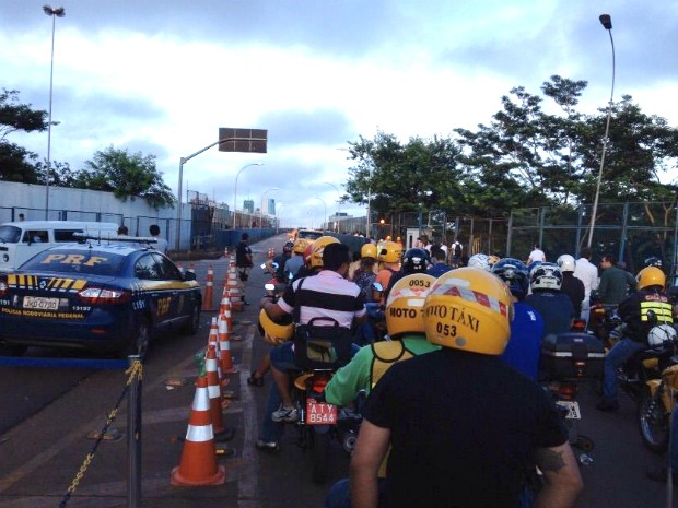 Mototaxistas se aglomeram na cabeceira do lado brasileiro da Ponte da Amizade aguardando a liberação para poder cruzar a fronteira (Foto: Erikson Rezende / RPC)