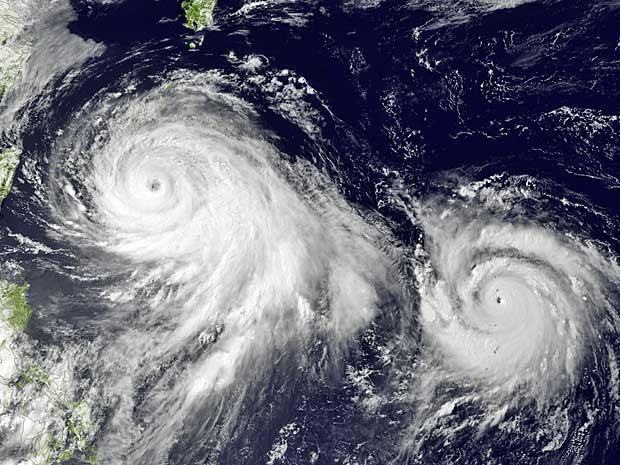 Imagem de satélite mostra a tempestade tropical 'Linfa' (à esquerda), e o tufão 'Chan Hom' (à direita), ao sul de Okinawa, no Japão (Foto: NOAA / via AP Photo)