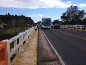 Motoristas e pedestres observam trabalho da polícia no local (Foto: Rafael Ristow/RBS TV)