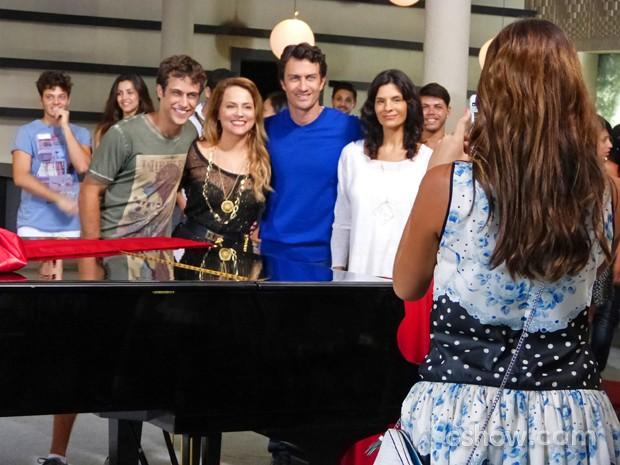 Luiza registra o momento de Shirley, Leto, Laerte e Verônica (Foto: Em Família/ TV Globo)
