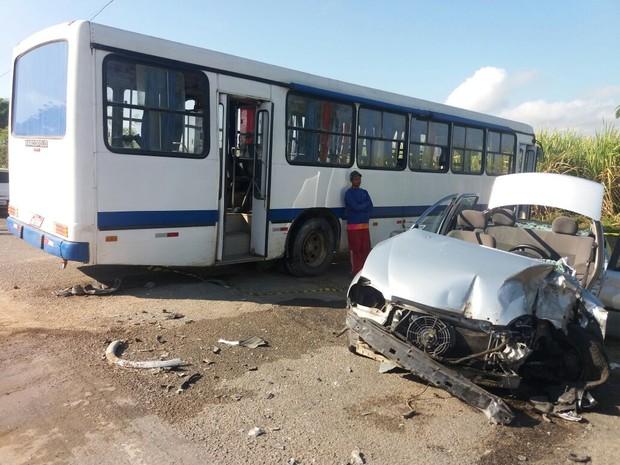 Carro ficou destruído com o impacto (Foto: Suely Melo/G1)