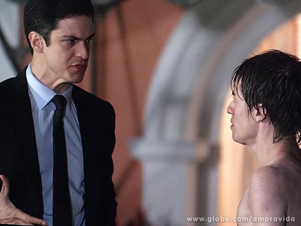 Filho manda Félix a merda e depois o joga na piscina (Foto: Amor à Vida / TV Globo)
