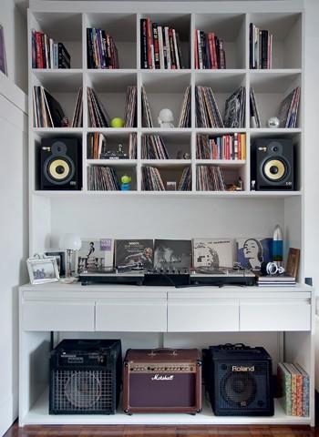 Os nichos da estante foram pensados um a um e têm espaço sob medida para as caixas de som e os dois tipos de discos: os de vinil de 12 polegadas e os compactos. O projeto considerou a quantidade de fios dos equipamentos que passam por trás do móvel (Foto: Pedro Abude)
