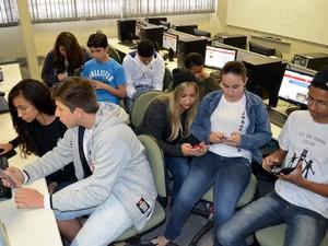 Além dos computadores estudante usam aparelhos celular para navegar na web em Piracicaba (Foto: Fernanda Zanetti/G1 Piracicaba)