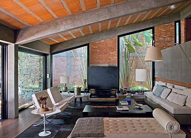 A reforma abriu grandes janelas para entrar mais luz natural nos interiores (Foto: Luis Gomes/Casa e Jardim)