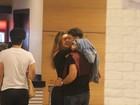 Cauã Reymond troca beijos e carinhos com Mariana Goldfarb