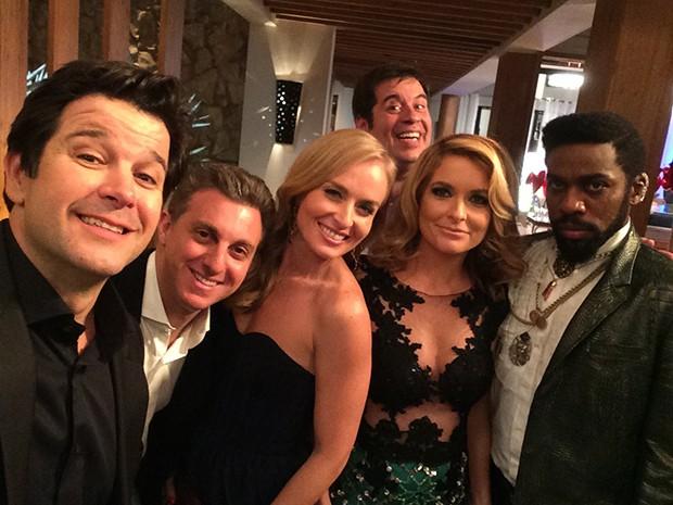 Jonas Marra faz selfie com Luciano Huck, Angélica, Ernesto Barata, Pamela Parker-Marra e Brian Benson, no jantar de gala oferecido na sua mansão (Foto: Jonas Marra)