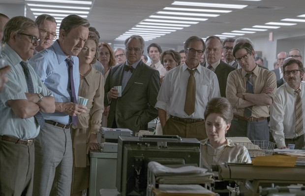 "NOR_D10_061217_0738_0732_R2_COMP – L-R: Howard Simons (David Cross), Frederick ""Fritz"" Beebe (Tracy Letts), Ben Bradlee (Tom Hanks), Kay Graham (Meryl Streep), Arthur Parsons (Bradley Whitford), Chalmers Roberts (Philip Casnoff), Paul Ignatius (Brent Lang (Foto: Universal Pictures/Divulgação)"
