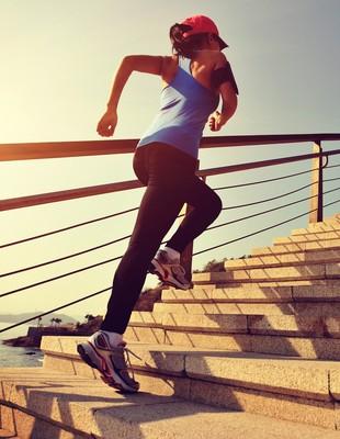 Mulher subindo escada euatleta (Foto: iStock Photo)