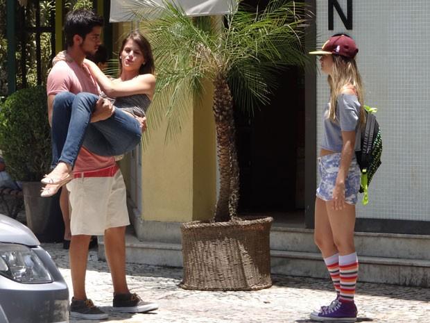 Bruno avisa que voltou a namorar Ana e Fatinha fica bolada. Tadinha!!! (Foto: Malhação / Tv Globo)
