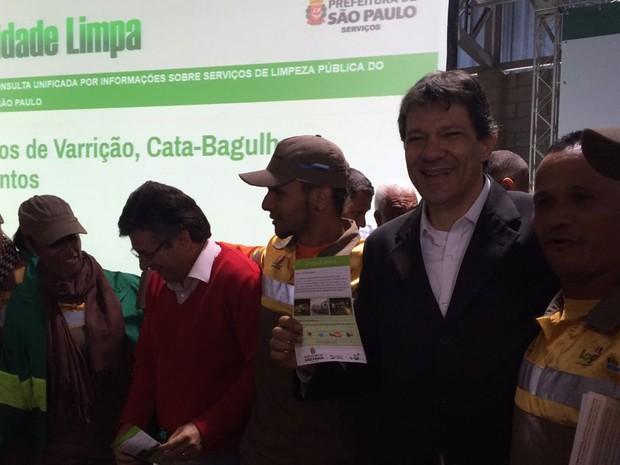Fernando Haddad posa com cooperados em anuncio realizado nesta quarta (22). De acordo com ele, os cooperados deram início à cultura da reciclagem junto à sociedade (Foto: Vivian Reis/G1)
