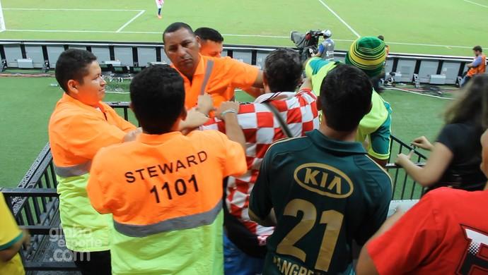 Torcedor croata tenta invadir gramado e dá trabalho aos stewards (Foto: João Paulo Maia)
