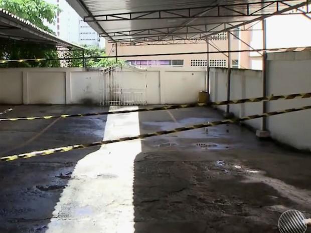 Defesa civil interdita garagem de edifício após telhado de escola cair, em Salvador (Foto: Imagem/TV Bahia)