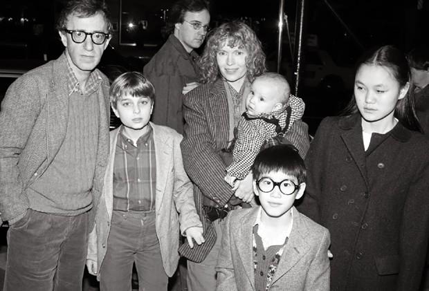 Woody Allen com a ex MIa Farrow e Soon-Yi Previn (dir), em 1986 (Foto: Getty Images)