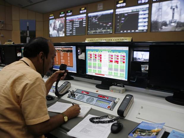 Imagem de arquivo mostra a sala de controle da sonda indiana (Foto: Reuters)
