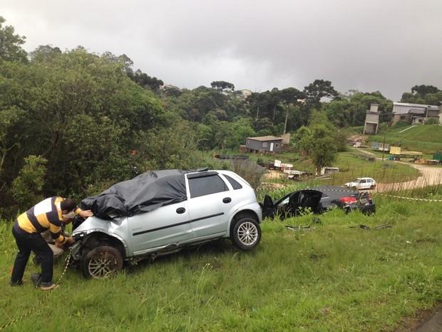 Acidente aconteceu na madrugada desta quinta-feira (27), em Campo Largo (Foto: Bruno Fávaro / RPC)