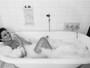 Luiza Brunet sensualiza durante banho de banheira