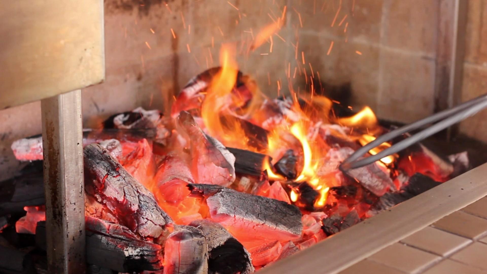 Acerte no fogo do churrasco: use uma resistência para acendê-lo (Foto: Reprodução)