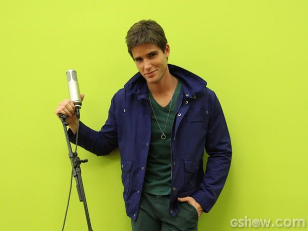 Jontas faz pose de galã nos bastidores (Foto: Carol Caminha/TV Globo)