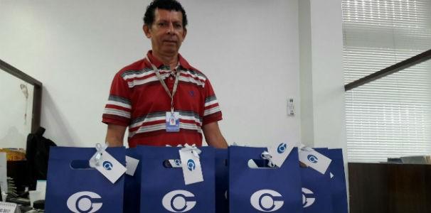 Executivo de vendas da TV Gazeta recebe kits para distribuição (Foto: Divulgação/ Marketing TV Gazeta)