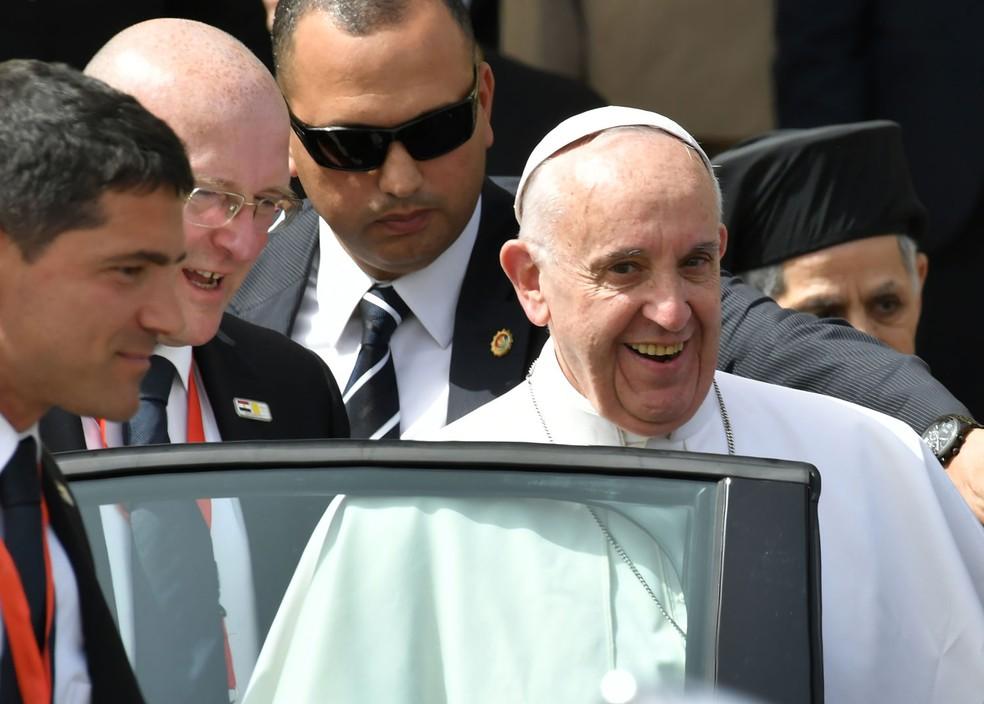 O papa Francisco deixa o aeroporto do Cairo após sua chegada para visita ao Egito  (Foto: Andreas Solaro/AFP)