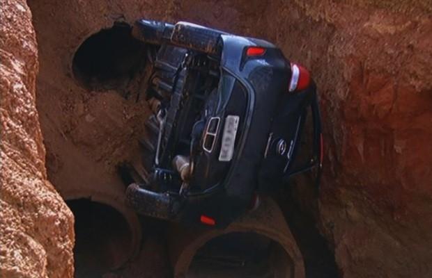 Motorista de carro avaliado em R$ 75 mil que caiu em vala, em Luziânia, Goiás, não teve ferimentos (Foto: Reprodução/TV Anhanguera)