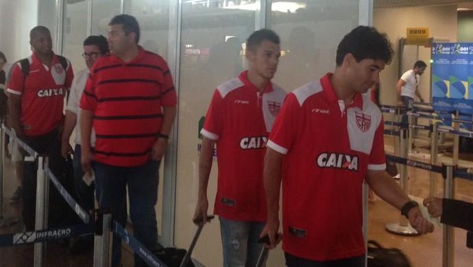 CRB embarque - Marcos Martins, Welinton Júnior, Alarcon Pacheco, Marcos Lima Verde e Audálio (Foto: Estéfane Padilha/GloboEsporte.com)