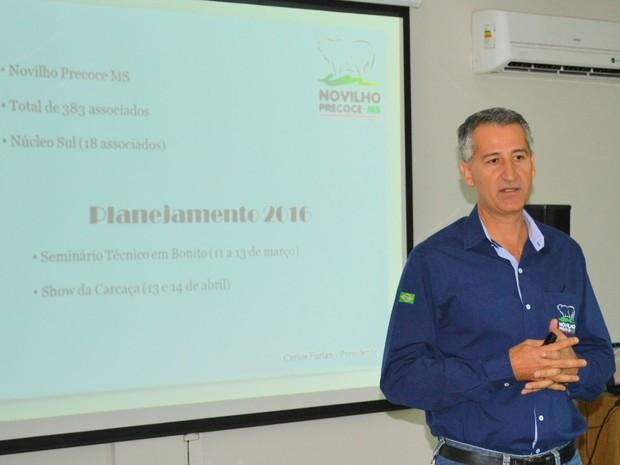 Presidente da Novilho Precoce MS, Carlos Furlan, apresentou número da produção em 2015 e perspectivas para 2016 (Foto: Anderson Viegas/Do G1 MS)