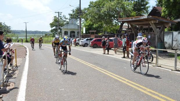 Ciclistas disputam 'Corrida Macapá Verão' sob intenso calor, no Curiaú (Foto: Cassio Albuquerque/GE-AP)