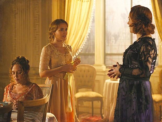 Alice fica atônita ao ver sua fita amarela nas mãos da mãe (Foto: Lado a Lado / TV Globo)