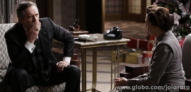 Ernest fica chocado com a revelação da governanta (Foto: Fábio Rocha/TV Globo)