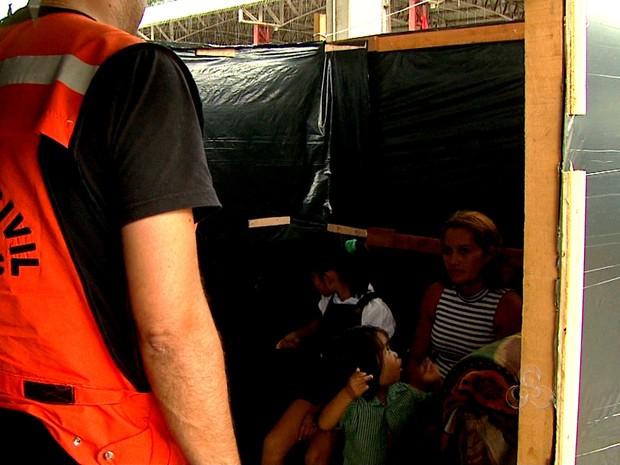 Primeias famílias chegam ao abrigo do Parque de Exposição em Rio Branco (Foto: Reprodução TV Acre)