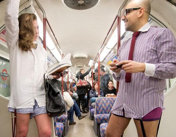 Em Londres, mulheres e homens ficaram de roupas íntimas enquanto viajavam de metrô neste domingo (12). (Foto: Leon Neal/AFP PHOTO)