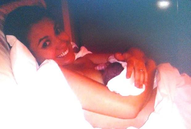 Maria Eduarda e o filho ainda no quarto do hotel (Foto: Arquivo pessoal/ Maria Eduarda)