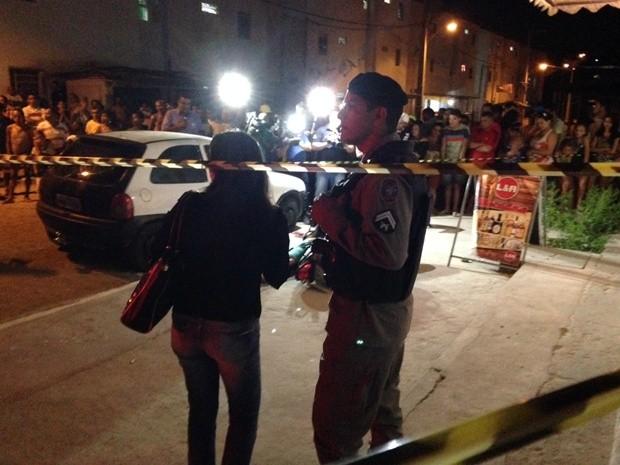 Corpo da vítima foi encontrado por cima da motocicleta, em João Pessoa (Foto: Walter Paparazzo/G1)