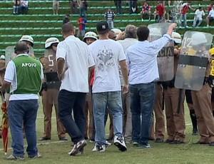 Confusão em campo no Paraná Clube contra o JMalucelli (Foto: reprodução RPCTV)