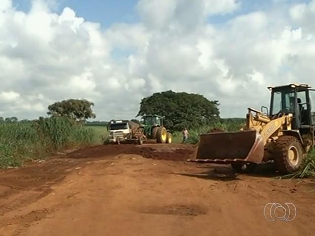 Cansados de buracos, produtores rurais resolvem recuperar estrada em Goiás (Foto: Reprodução/TV Anhanguera)